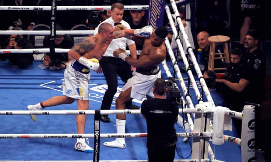 Oleksandr Usyk rocks Anthony Joshua late in the final round with a left jab.