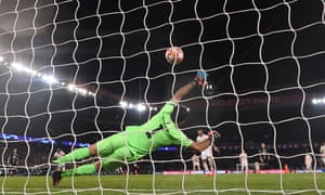 Manchester United's Marcus Rashford scores the decisive penalty against PSG.