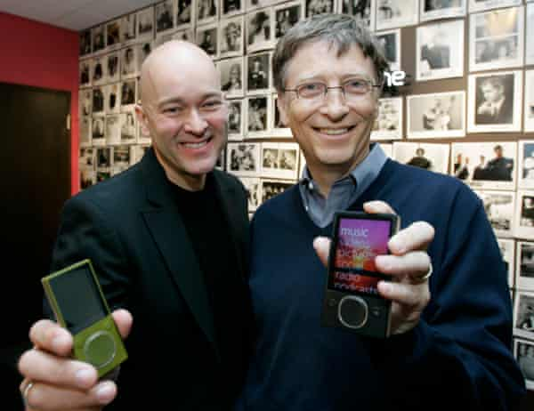 J Allard with Microsoft chairman Bill Gates in 2007.