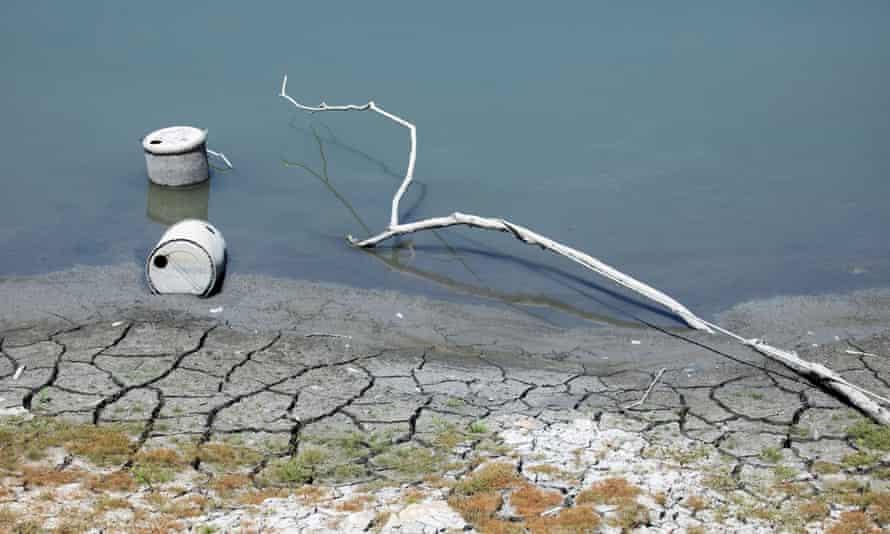 I contenitori sono esposti mentre le acque del lago Sun Moon a Nantou, Taiwan, si ritirano durante una siccità nazionale