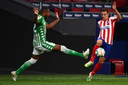 Real Betis' Sidnei challenges Atletico Madrid's Colombian defender Santiago Arias.