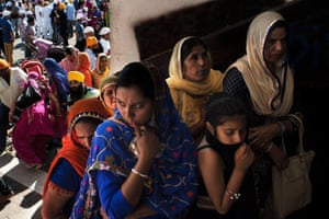 A group of women waiting to get inside the canteen where there will celebrate the Nagar Kirtan, one of the most important religious festivals for Sikh people.