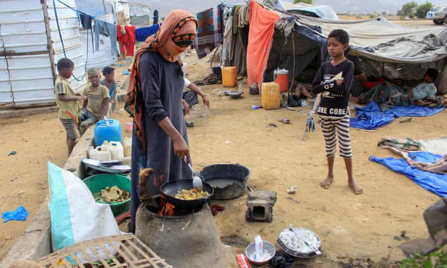 People at a makeshift camp for displaced people in Yemen