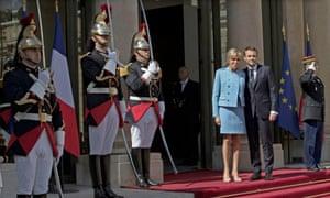 在交接仪式结束后,法国总统伊曼纽尔马克龙和他的妻子布里吉特在Élysée宫的台阶上。