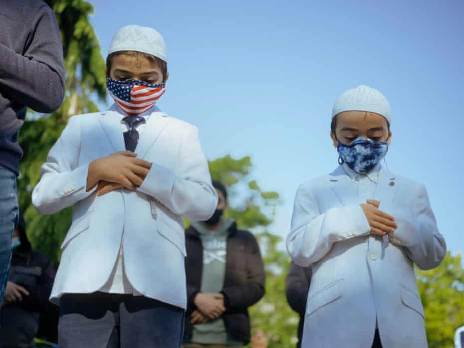 Adoratorii musulmani țin rugăciunile Eid al-Fitr de dimineață în Parcul Astoria, Queens din New York City, New York.