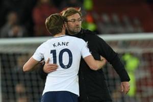 Klopp congratulates Kane at the final whistle.