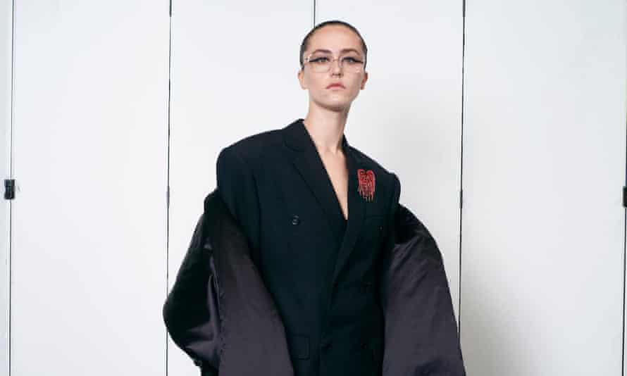 Ella Emhoff, putri tiri wakil presiden AS, Kamala Harris, menjadi model kreasi Balenciaga