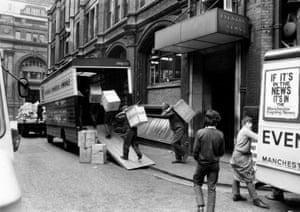 On the 29 August 1970 the Guardian moved from Cross Street to 164 Deansgate. Workers carrying boxes of books from the library are captured here alongside a delivery messenger on duty during the big move. (Archive ref. GUA/6/9/1/4/G).