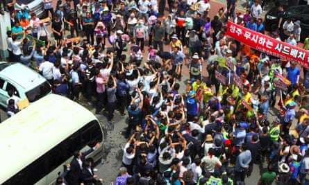 Protesters throw bottles and eggs at a bus carrying Hwang Kyo-ahn.