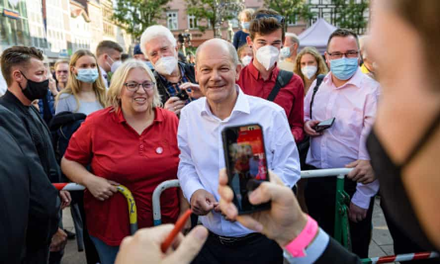 Olaf Scholz poses for a photo after an election campaign event in Göttingen.