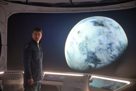 Kyle Chandler as Mitchell in The Midnight Sky.