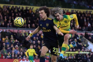 Cantwell shoots under pressure from Luiz.