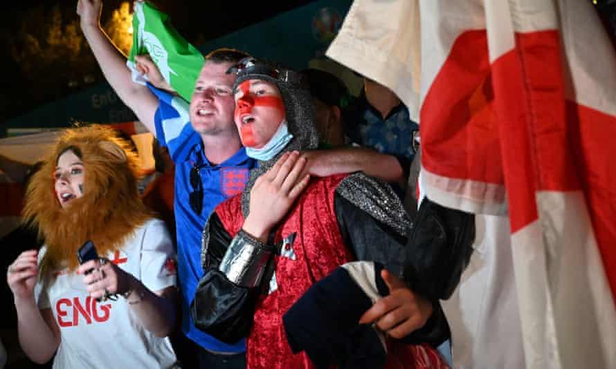 Los aficionados de Inglaterra celebran la victoria de su equipo frente al Estadio Olímpico de Roma