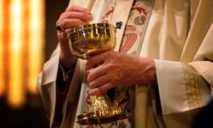 Un arzobispo celebra la misa