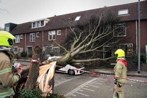 I vigili del fuoco valutano i danni da tempesta a Rotterdam, Paesi Bassi
