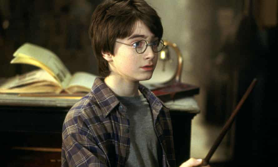 HARRY POTTER & PHILOSOPHER'SDANIEL RADCLIFFE Character(s): Harry Potter Film 'HARRY POTTER AND THE PHILOSOPHER'S STONE' (2001) Directed By CHRIS COLUMBUS 04 November 2001 CTG21869 Allstar Collection/WARNER BROS. **WARNING** This photograph can only be reproduced by publications in conjunction with the promotion of the above film. A Mandatory Credit To WARNER BROS. is Required. For Printed Editorial Use Only, NO online or internet use. 0511z@yx