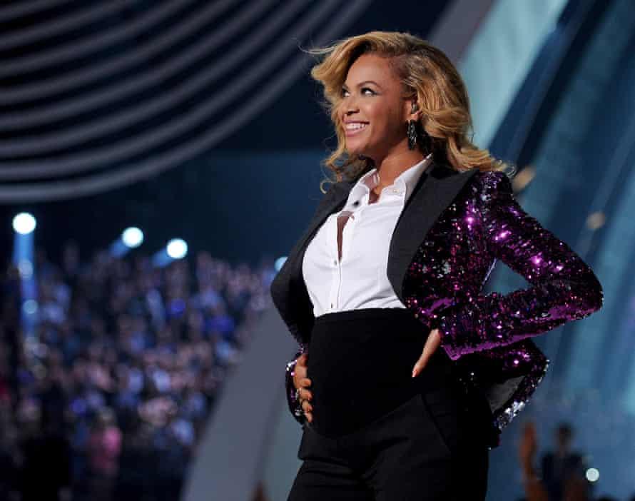 Beyoncé mengungkapkan kehamilannya di MTV Video Music Awards 2011, 28 Agustus 2011