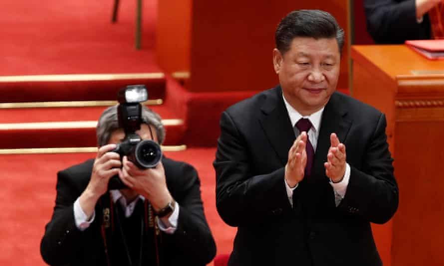 Xi Jinping claps during the meeting.