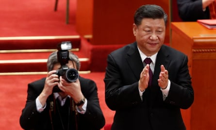 Xi Jinping claps during the meeting.