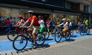 Activistas ciclistas se embarcan en un tour en bicicleta por la ciudad en la ocasión del Día Mundial sin Autos en San José.