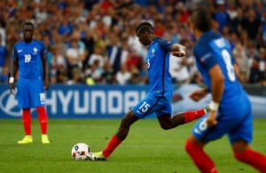 Paul Pogba shoots at goal from a free-kick, Neuer saves again.