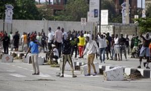 احتجاج الناس عند بوابة رسوم المرور Lekki في لاغوس ، نيجيريا ، يوم الأربعاء.