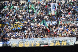 Inter supporters deploy a banner against Icardi.