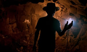 Dark materials: searching for amethyst, miners dig tunnels through the mountains in southern Brazil. This kind of mining is known for its harmful dust. The silicon dioxide particles can trespass the filter masks causing silicosis disease.