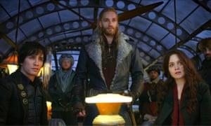 Tom Natsworthy (Robert Sheehan), Nils Lindstrom (Leifur Sigurdarson) and Hester Shaw (Hera Hilmar) in Mortal Engines.