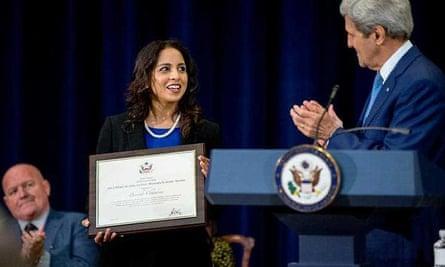 Parosha Chandran receiving an award from John Kerry in Washington DC in 2015