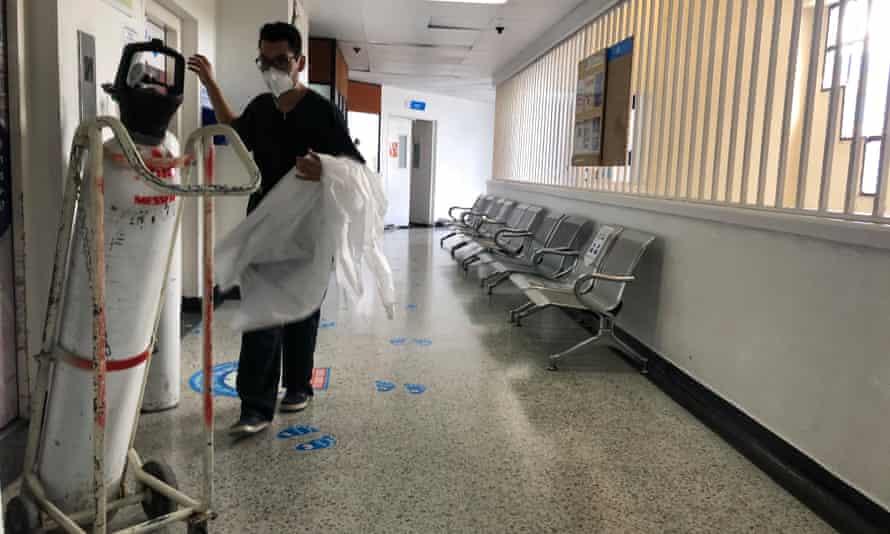 A nurse brings an oxygen tank to El Tunal hospital, Bogotá