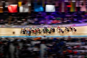 Cyclists compete in the women's omnium scratch race