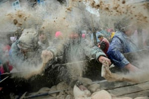 Hundreds of kilos of flour are given away before the battle