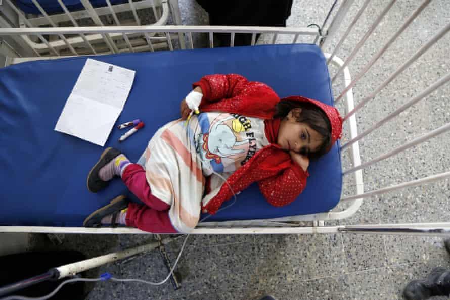یک کودک به دلیل سوnut تغذیه در بیمارستان مادرانه الصابئین یمن کمک پزشکی می کند