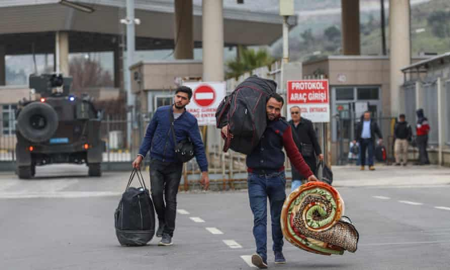 Syrian people cross the border into Turkey at Reyhanlı