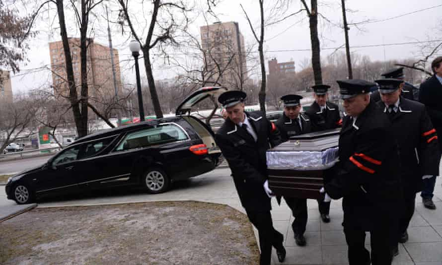 Funeral assistants carry the coffin of Boris Nemtsov .