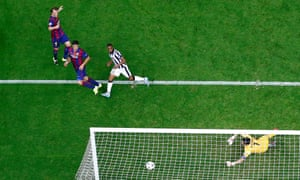 Luis Suárez scores to put Barcelona 2-1 up on Juventus.