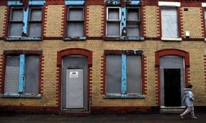 Uma fileira de casas terraced boarded-acima em Wavertree, Liverpool.