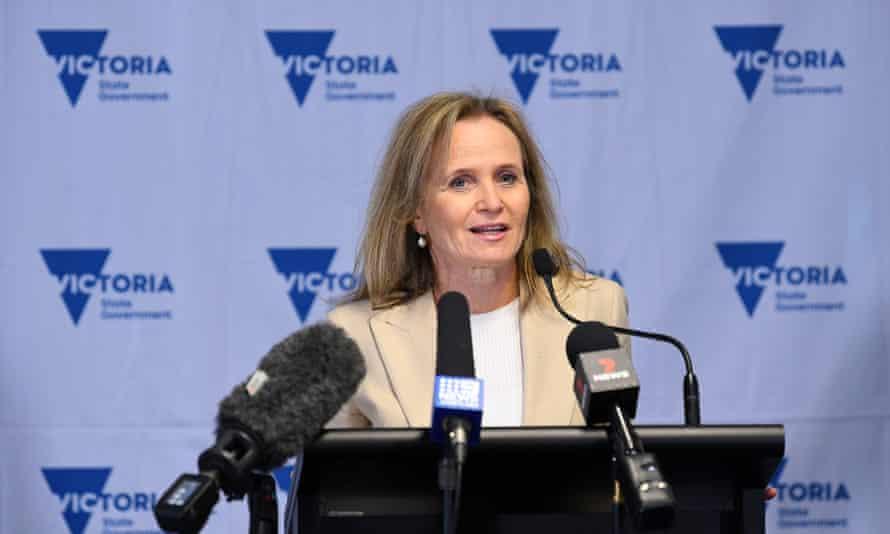 La profesora Sharon Lewin se dirige a los medios de comunicación durante una sesión informativa de Covid en Melbourne.