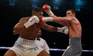 Klitschko comes back with his own artillery, landing with a left that seems to hurt Joshua.