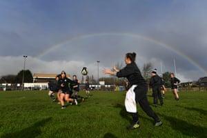 Aparece un arcoíris mientras el equipo entrena durante el entrenamiento de Bárbaros.