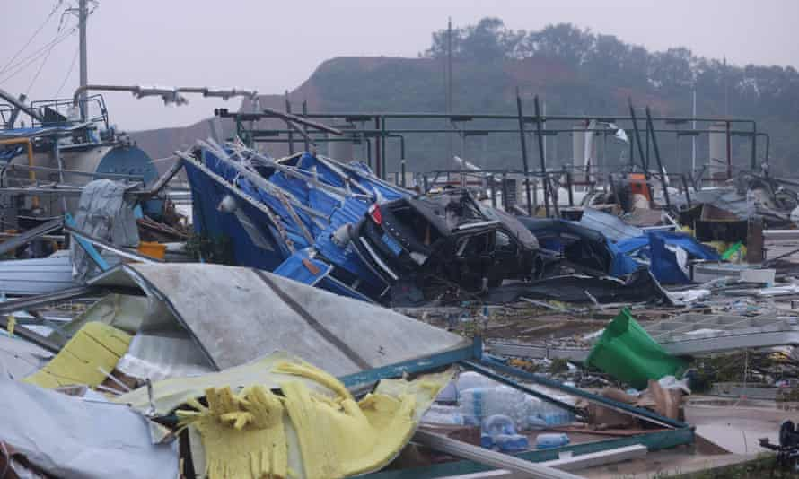 Skadade fordon och skräp avbildas efter att en tornado träffade en ekonomisk zon i Wuhan i Kinas centrala Hubei-provins den 15 maj.