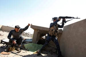 Iraqi federal police officers fight in the frontline at Bab al-Jadid district in Mosul