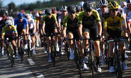 Australian team Mitchelton-Scott have pulled out of the Giro d'Italia after four staff members tested positive for Covid-19.