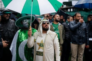 Nice touch by this Pakistan fan to have an umbrella in the colours of the national flag.