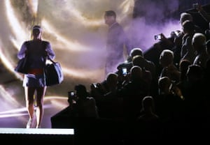 ]Maria Sharapova enters the court for her match against Italy's Roberta Vinci at the Porsche Grand Prix in Stuttgart, Germany, Wednesday, April 26, 2017. It is Sharapova's first match after a 15 months lasting doping ban.