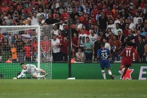Kepa saves the shot from Salah.