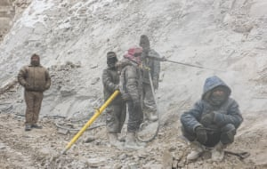 The road construction workers are mainly from Nepal and from the poorest regions of India. For many of these workers it is the first encounter with cold and snow – while working in these gruelling conditions