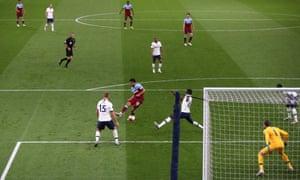 West Ham United's Pablo Fornals shoots wide.