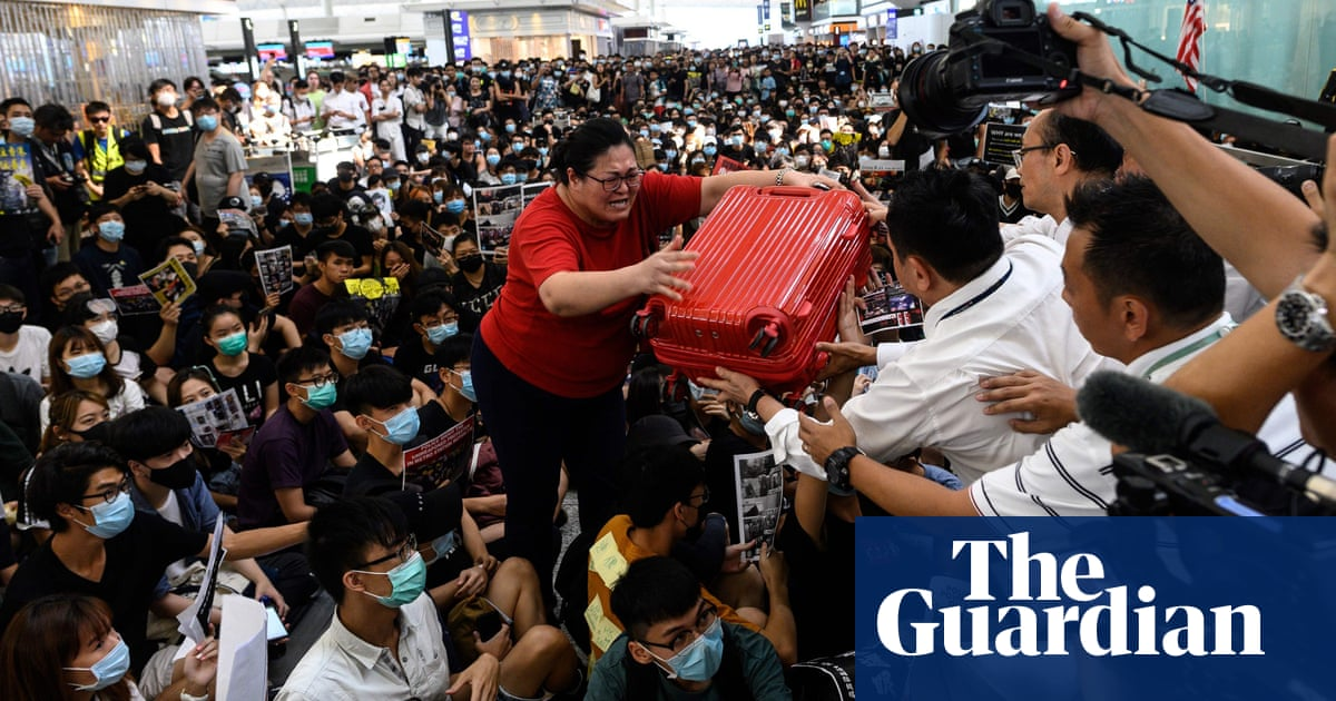 Hong Kong protests: airport suspends flights for second day